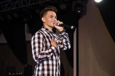 Davao's very own Neil Llanes impresses the crowd with his beatbox skills.jpg